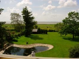 """und noch ein Blick aus Ihrem Fenster in den Garten mit Gartenhaus / Appartement """"Ellen Lenz"""" in Husum-Schobüll"""