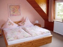 """großes Schlafzimmer auch mit Blick auf die Nordsee / Ferienwohnung """"Ellen Lenz"""" in Husum-Schobüll"""
