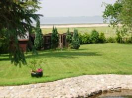 """der einzigartige Blick aus dem Wohnzimmerfenster in den Garten und auf die Nordsee. / Ferienwohnung """"Ellen Lenz"""" in Husum-Schobüll"""