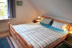 """Helles und freundliches Schlafzimmer  Doppelbett in Komforthöhe verstellbares Lattenrost und gute Matratzen / Ferienwohnung """" Möwe"""" in Husum-Schobüll"""