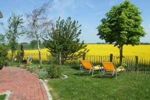 """Auf der Terrasse  kann man im Sommer herrlich frühstücken und die Gartenliegen sind schnell umgestellt auf dem Rasen zum Sonnen. / Ferienhaus """"Urige Reetdachkate"""" in Nordstrand"""