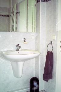 """Modernes Bad mit Wanne/Dusche  und WC / Ferienwohnung """"Fewo""""Hafenerlebnis"""""""" in Husum"""