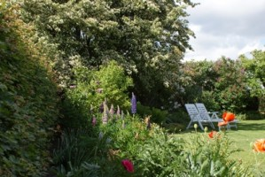 """Schöner Großer Garten zum entspannen. Genießen Sie die Ruhe und entspannen Sie sich auf einer Liege im Garten. / Ferienwohnung """"Haus Deichblick 1"""" in Husum"""