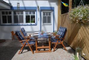 """gemütliche, überdachte Terrasse mit Gartenmöbeln und -liegen / Ferienhaus """"Villa-Husum"""" in Husum"""