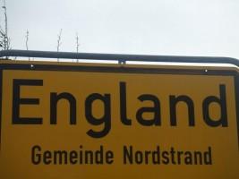 """Hier wohnen Sie! Eine Bushaltestelle (Linienbus-#1047 ) liegt 15 Min. fußläufig vom Ferienhaus entfernt.  Die Haltestelle heißt tatsächlich England! / Ferienhaus """"Urige Reetdachkate"""" in Nordstrand"""