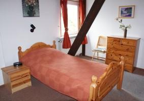 """... und Einzelbett.  Vom Schlafzimmer haben Sie direkten Ausblick zum Deich! / Ferienwohnung """"Haus Deichblick 1"""" in Husum"""