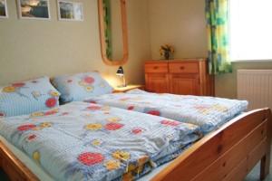 """Kuscheliges Schlafzimmer mit Doppelbetten 1,40 x 2,00 m. / Ferienwohnung """"Knudsen"""" in Husum"""