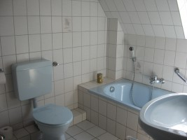 """Schönes Badezimmer mit Dusche, Wanne und WC. / Ferienwohnung """"Ferienwohnung Hansen"""" in Husum"""