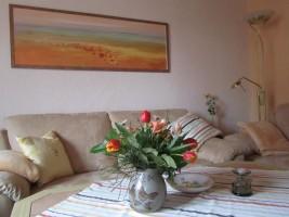 """Das Wohnzimmer mit gemütlicher Couchgarnitur / Ferienwohnung """"Knudsen"""" in Husum"""