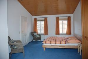 """Das geräumige Schlafzimmer bietet viel Raum für Yoga, morgendliche Gymnastik oder Medidation. / Ferienwohnung """"Altstadtidyll-Kapitänswohnung"""" in Husum / Nordsee"""