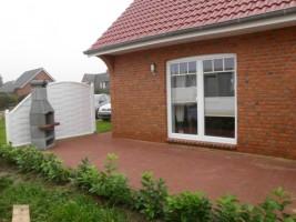 """Die Terrasse wird im Frühjahr 2012 (Februar/März) mit entsprechenden Gartenmöbel ausgestattet. / Ferienhaus """"Ferienhaus Niels und Julia"""" in Büsum"""