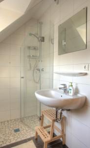 """Das Bad im Obergeschoß mit Dusche, WC und Fön / Ferienhaus """"Ferienhaus Niels und Julia"""" in Büsum"""