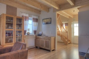 """Der Wohnbereich mit Fax und Telefon sowie der Eingangsbereich / Ferienhaus """"Ferienhaus Niels und Julia"""" in Büsum"""