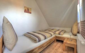 """Das 2. Schlafzimmer, ausgestattet mit 2 Einzelbetten und Schrank / Ferienhaus """"Ferienhaus Niels und Julia"""" in Büsum"""