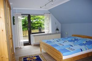"""Schlafzimmer mit Zugang zum Balkon / Ferienwohnung """"Ferienwohnung Krön"""" in Wobbenbüll"""