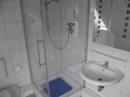 """Badezimmer mit Dusche und WC / Ferienwohnung """"Haus Iwersen"""" in Hattstetdtermarsch"""