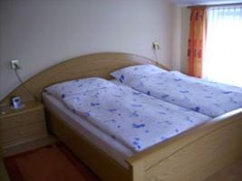 """Schlafzimmer mit Doppelbett zum Träumen! / Ferienwohnung """"Halligblick"""" in Nordstrand"""