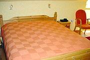 """Schlafzimmer mit Doppelbett. / Ferienwohnung """"Ferienwohnung Haus Anne-Lene II"""" in Husum-Schobüll"""