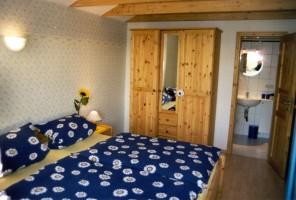 """Schlafzimmer mit Doppelbett 90x200 m mit guten Matratzen und verstellbaren Lattenrosten mit Verbindungstür zum Bad / Ferienhaus """"Marschblick"""" in Hattstedtermarsch"""