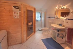 """Sauna und Dusche  hier lässt man den Alltag hinter sich und kann die """"Seele baumeln lassen"""" / Ferienhaus """"Marschblick"""" in Hattstedtermarsch"""