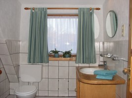 """Bad mit Dusche und WC. / Ferienwohnung """"Unterm Reetdach"""" in Mildstedt"""