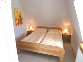"""Schlafzimmer im Obergeschoss / Ferienhaus """"Reetdachhaus Räidehüs"""" in Bordelum"""