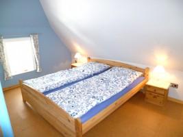 """Schlafzimmer Bett 1,80 x 2,00 m / Ferienhaus """"Ferienhaus Nis Puk"""" in Bordelum"""