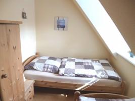 """Schlafzimmer mit zwei Einzelbetten / Ferienhaus """"Ferienhaus Nis Puk"""" in Bordelum"""