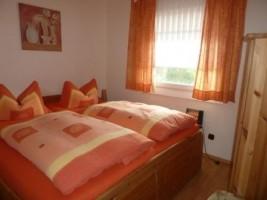 """Schlafzimmer 1: Die Betten sind verstellbar. Der Fußboden besteht aus Laminat. Sie können sich da wohl fühlen. / Ferienhaus """"Haus Drybarg"""" in Simonsberg"""