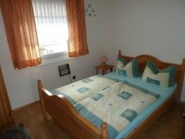 """Schlafzimmer 2: Der Fußboden besteht aus Laminat. / Ferienhaus """"Haus Drybarg"""" in Simonsberg"""