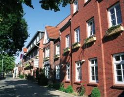"""Das Hotel Osterkrug befindet sich in einem neuen Gebäudekomplex, liegt zentral und in der Nähe von """"Husum Bad"""" und dem Golfplatz. / Hotel """"Osterkrug"""" in Husum"""