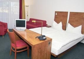 """Eines der 53 komfortabel ausgestatteten und gemütlichen Doppelzimmer. / Hotel """"Osterkrug"""" in Husum"""