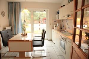 """Die Küche ist auch nach Süden ausgerichtet und gut ausgestattet, mit direktem Zugang zur Terrasse / Ferienwohnung """" Seestern"""" in Husum-Schobuell"""