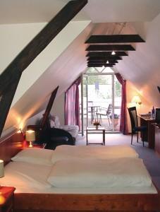 """Eines der schönen Dachzimmer mit moderner Ausstattung. / Hotel """"Osterkrug"""" in Husum"""