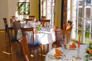 """In unserem Frühstückssaal kann man in entspannter Atmosphäre die Küche unseres Hauses genießen. / Hotel """"Osterkrug"""" in Husum"""