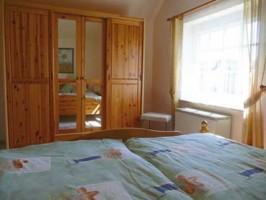 """das erste Schlafzimmer mit Doppelbett / Ferienhaus """"Ferienhaus Nordstrand"""" in Nordstrand"""
