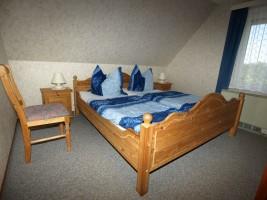 """Schlafzimmer mit Doppelbett / Ferienwohnung """"Damitz"""" in Hattstedtermarsch"""