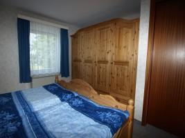 """Schlafzimmer mit Doppelbett und großem Schrank / Ferienwohnung """"Damitz"""" in Hattstedtermarsch"""