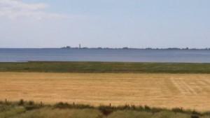 """Blick von unserem Deich auf die Nordsee und auf die Insel Nordstrand / Ferienwohnung """"Wehlenhoff (II)  am Deich"""" in Husum-Schobüll"""