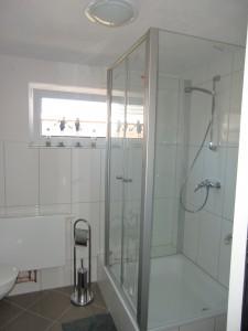 """WC und Dusche im Erdgeschoss. / Ferienhaus """"DEKO"""" in Husum"""