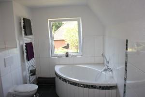 """Badezimmer mit Eckbadewanne im Obergeschoss. / Ferienhaus """"DEKO"""" in Husum"""