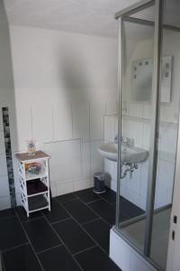 """Badezimmer mit Dusche im Obergeschoss. / Ferienhaus """"DEKO"""" in Husum"""