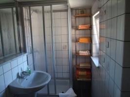 """Im 1. Stockwerk befinden sich:  Duschbad / WC (Fön vorhanden ).  / Ferienwohnung """"Ferienwohnung-Knaepper"""" in Husum"""