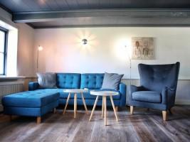 """Wohnzimmer mit Kaminofen und Flachbild-SAT-TV / Ferienhaus """"Kate am See"""" in Porrendeich/Uelvesbüll"""