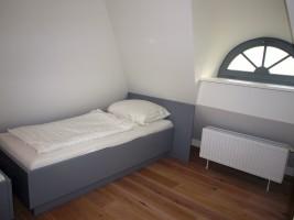 """Schlafzimmer im 2 Einzelbetten im OG / Ferienhaus """"Kate am See"""" in Porrendeich/Uelvesbüll"""