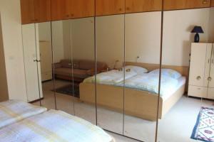 """Auf dem Schlafsofa neben dem Bett kann bei Bedarf ein weiterer Gast unterkommen. / Ferienwohnung """"Haus Johannsen"""" in Husum"""