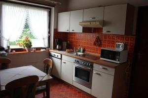 """Küche mit kleinem Sitzbereich für bis zu vier Personen / Ferienwohnung """"Haus Johannsen"""" in Husum"""