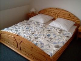 """Schlafzimmer mit Doppelbett und Kleiderschrank / Ferienwohnung """"Ruhige Dorfrandlage"""" in Oldenwort"""