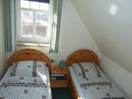 """Zweites Schlafzimmer mit zwei Einzelbetten und Schrank / Ferienwohnung """"Ruhige Dorfrandlage"""" in Oldenwort"""