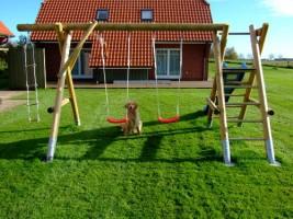 """Spielgeräte am Haus für die Kleinen / Ferienwohnung """"Ruhige Dorfrandlage"""" in Oldenwort"""